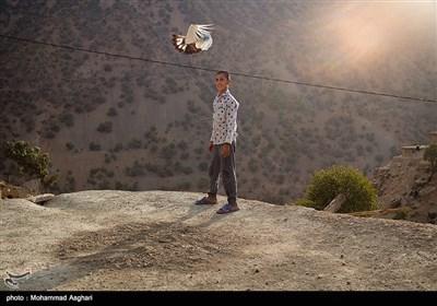 روستای کیش-بخش-ذلقی شرقی-شهرستان الیگودرز-استان لرستان-مهدی پارسی 11 ساله کلاس ششمی او دوست دارد که پرنده ها را آزاد کند و آرزو دارد که در آینده قاضی شود.
