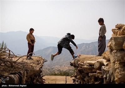 روستای پزعلیا-بخش ذلقی غربی - شهرستان الیگودرز-استان لرستان-فرزاد حسنی و دوستانش در حال پریدن از سقف خانه ای به سقف خانه های دیگر هستند.