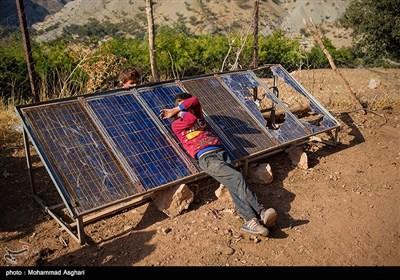 روستای درچین- بخش ذلقی غربی- شهرستان الیگودرز-استان لرستان-علی فریدونی 10 ساله،کلاس سوم ابتدایی ،علی بر روی پنل های خورشیدی که بر اثر ریختن دیوار خانه شکسته است بعد از کار سخت بر روی آنها استراحت میکند.