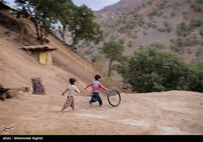 روستای قلعه سر-بخش ذلقی شرقی - شهرستان الیگودرز-استان لرستان بازی بچه ها با لاستیک دوچرخه خراب شده خود.