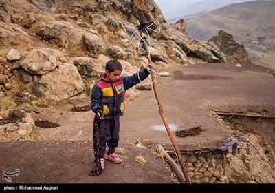 روستای حر آباد-بخش پیشکوه - شهرستان الیگودرز-استان لرستان-امیر محمد افروغ در حال درست کردن آنتن تلویزیون خانه.