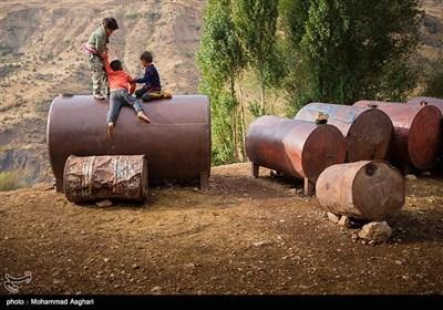 روستای حر آباد-بخش پیشکوه - شهرستان الیگودرز-استان لرستان-کودکان در حال بازی بر روی تانکر های نفت.