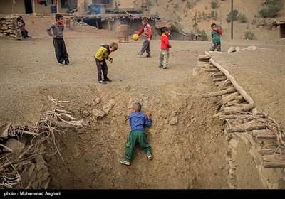 روستای دست گرد-بخش ذلقی شرقی- شهرستان الیگودرز-استان لرستان-کودکان در حال بازی .