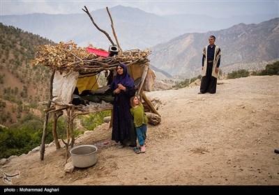 روستای پز علیا- بخش ذلقی غربی - شهرستان الیگودرز-استان لرستان-محجومه حسنی 5 ساله در کنار مادرش در جلوی مشک های آب.