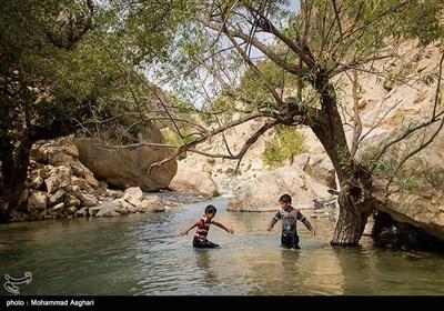 97مسیر روستای پز -بخش ذلقی غربی - شهرستان الیگودرز-استان لرستان-سهیل آچاک هشت ساله و فرهاد آبیار،در حال حمام کردن و بازی در آب هستند.اکثر کودکان در این مناطق یا در نزدیک ترین رودخانه محل زندگیشان یا در محیط خانه در نبود حمام، حمام میکنند.