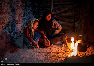 روستای پز علیا- بخش ذلقی غربی - شهرستان الیگودرز-استان لرستان-پریسا حسنی هشت ساله کلاس اولی در کنار مادرش.