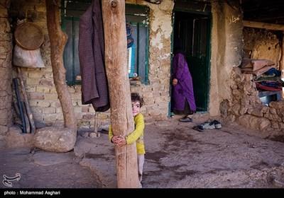 روستای درچین- بخش ذلقی غربی- شهرستان الیگودرز-استان لرستان-میترا فریدونی 4 ساله در مقابل خانه بازی میکند.