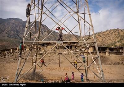 روستای دست گرد-بخش ذلقی شرقی- شهرستان الیگودرز-استان لرستان-کودکان دستگرد با کشیده شدن برق به روستای آنها در کنار و روی دکل های برق بازی میکنند.