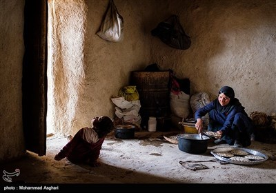 روستای پزعلیا-بخش ذلقی غربی - شهرستان الیگودرز-استان لرستان-محیط خانه اکثر روستا های پزعلیا خالی از فرش است.مادری در حال کشیدن آش محلی داخل بشقاب ها است.