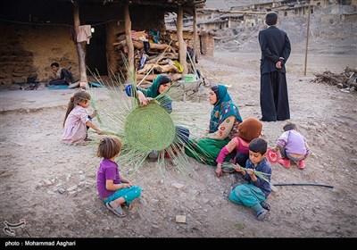 روستای دست گرد-بخش ذلقی شرقی- شهرستان الیگودرز-استان لرستان-زنان در استان لرستان سهم مهمی در کسب کارو در آمد و خانه داری دارند.