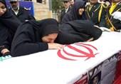 """وداع آخر خانواده شهید """" سید نور خدا موسوی"""" با پیکر شهید+فیلم"""
