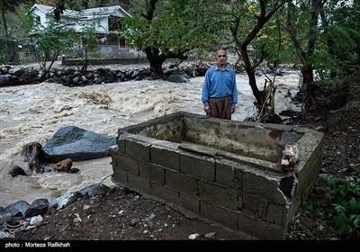 رضاقلی پورخانعلی 50 ساله، میگوید هیچ کس حتی از منزل من بازدید هم نکرد، خودم به فرمانداری و بنیاد مسکن مراجعه کردم، آنها گفتند در حریم رودخانه هستی و چیزی به تو تعلق نمیگیرد. 200 سال است که پدران ما در این منطقه ساکن بودند، اگر در حریم رودخانه هستیم زمین بدهند تا خانه بسازیم .روستای خرجگیل تالش 16 آبان 97