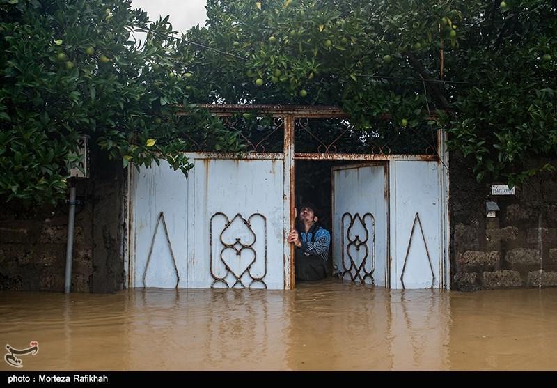 نیما عشوری 23 ساله، سعی میکند در ورودی خانه را باز کند تا شاید کمی از ارتفاع آبی که داخل خانه نفوذ کرده کاسته شود. روستای میان پشته رودسر 14 مهر 97