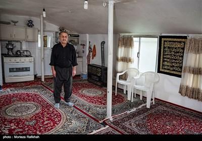 اکبر قنبری 53 ساله، میگوید این خانه دیگر جای زندگی نیست تمام دیوارها ترک برداشته، از ترس ریزش خانه خانواده ام را در منزل یکی از اقوام فرستادم و با پدرم شب ها برای محافظت از خانه اینجا میخوابیم. به فرمانداری مراجعه کردم وتشکیل پرونده دادم بیست روز است منتظر تماس هستم. روستای میان پشته رودسر14 آبان 97