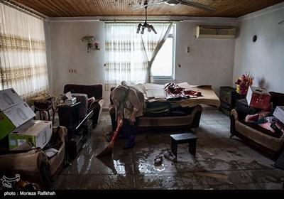 فاطمه قربان نیا 53 ساله، میگوید هرسال ما همین مشکل را داریم و با بارش یک باران خانه ما دچار آب گرفتگی میشود. اما امسال شدت بارشها بسیا زیاد بود و ما را قافلگیر کرد. روستای میان پشته رودسر 14 مهر 97