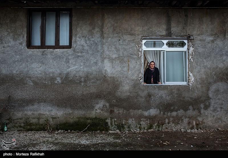 بتول رحیمی 52 ساله، میگوید به فرمانداری مراجعه کردم گفتند خانه تو خسارت ندیده در صورتی که هیچکس برای ارزیابی به منزل ما نیامد، بیایند و خسارت را ببینند. توان مالی ما خوب نیست و نمیتوانیم خسارتها را جبران کنیم حتی توان تعمیر پمپ آب که سوخته را نداریم و یک ماه است که به سختی از آب شهر استفاده میکنیم. روستای چینی جان رودسر 14 آبان 97
