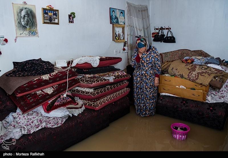 مریم غفارنژاد 60 ساله، در حالی که در اتاق خانه اش ایستاده از شدت ناراحتی برای خسارتی که سیل به خانه اش وارد کرده گریه میکند. خانه او در برابر سیل بیمه نبوده و بسیاری از وسایل برقی خانه اش مانند پمپ آب، یخچال و ... بر اثر نفوذ آب به داخل خانه از کار افتاده است او میگوید توان خرید مجدد این وسایل را ندارم و تنها امیدم به کمک های دولت است. روستای میان پشته رودسر 14 مهر 97