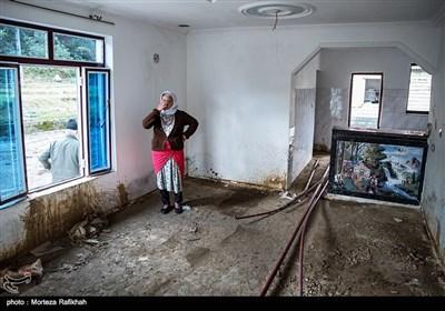 فیروزه گلزاری 50 ساله، میگوید از طرف دولت یک خانه برای ما اجاره کردند به مدت 6 ماه بعد آن معلوم نیست تکلیف مان چه میشود. شنیده ایم بودجه امده اما نمیدانم چرا به ما نمیدهند تا خانه بسازیم و زودتر سروسامان بگیریم .روستای خرجگیل تالش 16 آبان 97
