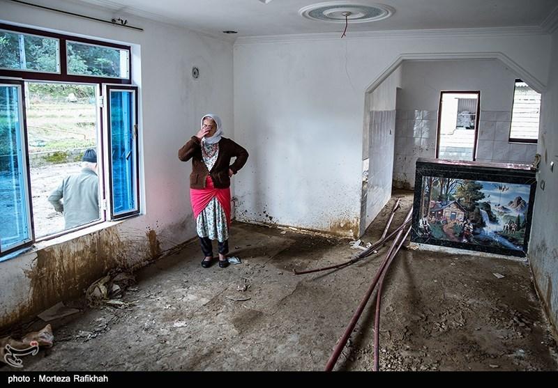 فیروزه گلزاری 50 ساله، میگوید از طرف دولت یک خانه برای ما اجاره کردند به مدت 6 ماه بعد آن معلوم نیست تکلیف مان چه میشود. شنیده ایم بودجه آمده اما نمیدانم چرا به ما نمیدهند تا خانه بسازیم و زودتر سروسامان بگیریم .روستای خرجگیل تالش 16 آبان 97