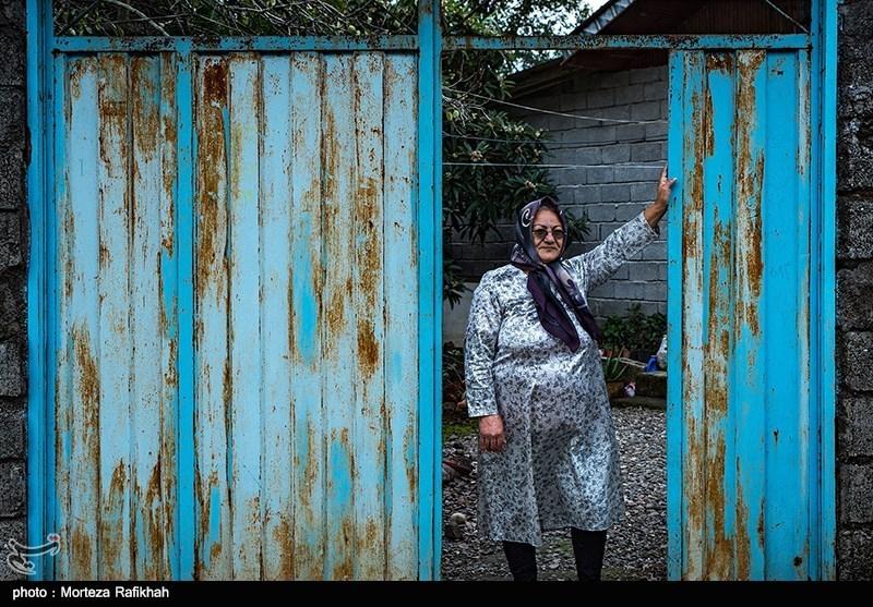 مهری نامور 61 ساله، میگوید همان روزهای اول به خانه ما سر زدند و گفتند که خانه شما تخریب صد در صد شده، با رفت و آمد هایی که به فرمانداری داشتیم پرونده سازی کردیم از ما شماره حساب گرفتند و شنیده ایم شصت میلیون وام برای ساخت خانه میدهند، اما دیگر خبری از آنها نشده و ما همچنان منتظر تماس آنها هستیم.روستای چینی جان رودسر 14 آبان 97