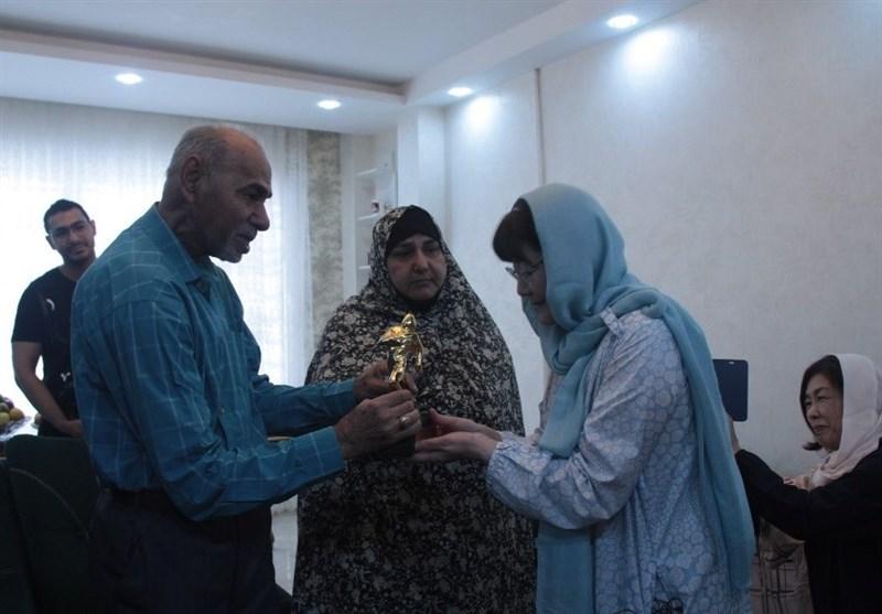 اهدای ششمین تندیس جایزه مردمی «قهرمانان گمنام» به جانباز علی صیادی+ فیلم