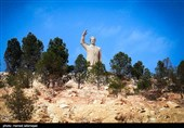 مجسمه حافظ اسد رییس جمهور سابق سوریه در بیشتر بزرگراه های شهر دمشق دیده می شود