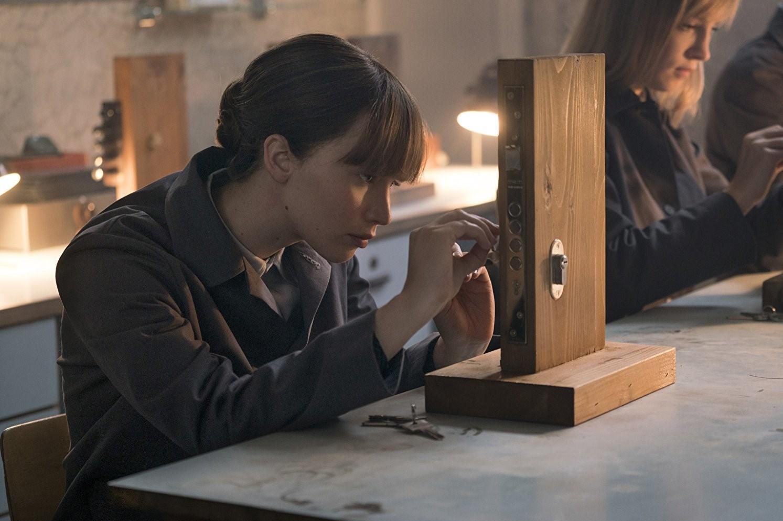 بررسی و تحلیل فیلم Red Sparrow 2018 (گنجشک قرمز)