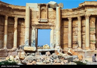 """""""آمفی تئاتر رومی"""" تروریستهای داعش در اشغال پالمیرا از آمفی تئاتر این شهر باستانی برای اعدامهای عمومی استفاده می کردند و خالد الاسعد، باستان شناس و رئیس آثار باستانی پالمیرا را کشتند."""