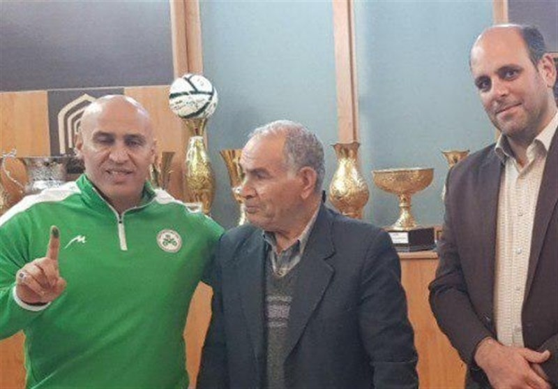 منصوریان قرارداد خود را با ذوبآهن ثبت کرد