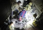 تصاویر/ نجات کارگران مدفون شده زیر خروارها خاک