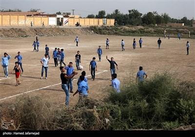 با آزادسازی شهر دیرالزور و پاکسازی تروریست ها توسط مدافعان حرم و نیروهای حزب الله مدرسه های روستا کلاس درس را آغاز کردند و بچه ها در اطراف مدرسه مشغول بازی فوتبال هستند