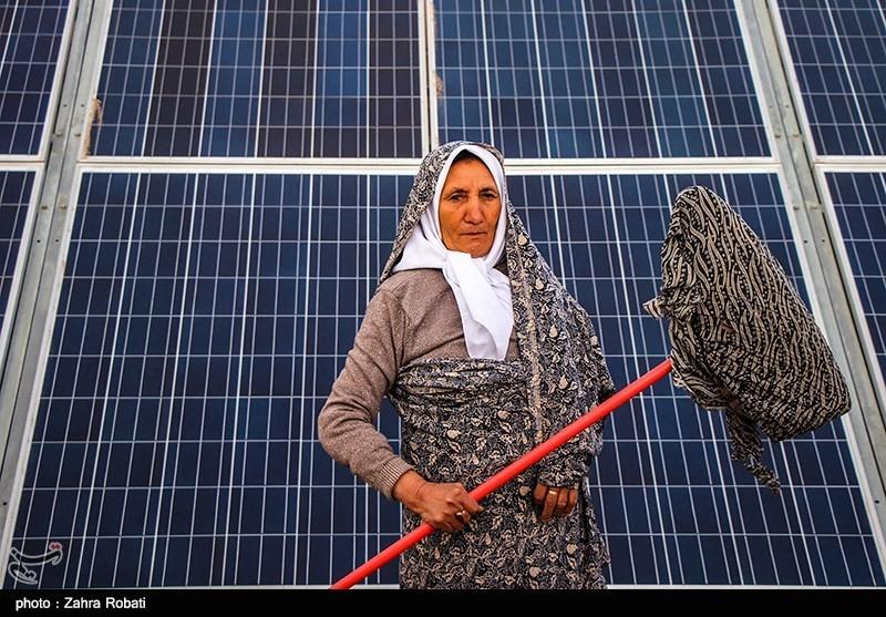 نصب پنل های خورشیدی رو بر روی پشت بام و حیاط منازل برخی از مددجویان کمیته امداد امام خمینی (ره)