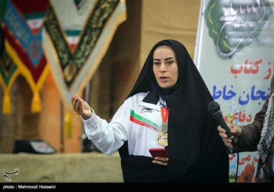 سونا رزاقی قهرمان مسابقات تکواندو زنان جهان مدال خود را به شهدای هشت سال دفاع مقدس در شلمچه اهدا کرد
