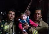 نجات جان کودک 8 ماهه از میان دود و آتش توسط آتشنشانان + تصاویر