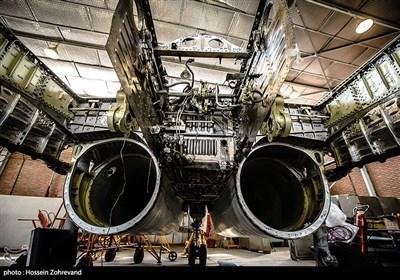 این جنگندهها سال 1370 وارد ناوگان نیروی هوایی ارتش شدهاند و هر هشت سال نیاز به اورهال دارند. اورهال هواپیما شامل چند بخش است. بدنه هواپیما، سامانههای راداری، سوخت، موتور، الکترومکانیک، هیدرولیک و سایر سامانههای این هواپیما را شامل میشود.تمامی بخشهای هواپیما را پس از آنکه موعد اورهال آن فرا رسید، از هواپیما جدا کرده و بر اساس شناسنامهها و کارتهای مخصوص مورد بازبینی و تعمیر قرار میدهیم. روزی که به سراغ اورهال این جنگندهها رفتیم، روی تمامی شناسنامههای این هواپیما نوشته شده بود بدون حضور نماینده کارخانه سازنده هواپیما هیچ قطعهای باز نشود