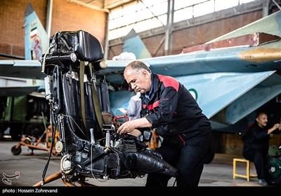 سرهنگ بازنشتسه پاک نیت در حال بازبینی صندلی جنگنده میگ-29 است.به ارتفاع 5000 پایی که رسید صندلی از خلبان جدا میشود و سپس صندلی به صورت جداگانه و خلبان هم به صورت جداگانه با استفاده از همین چترها فرود میآیند.راکت موتورهایی که زیر صندلی این جنگنده تعبیه شده به اندازه موتور یک جنگنده اف-5 قدرت دارد. به همین دلیل خلبان در هنگام ایجکت دچار بیهوشی میشود که به وسیله کپسول اکسیژنی که در صندلی هواپیما تعبیه شده و به ماسک خلبان وصل است، موجب به هوش آمدن خلبان میشود.در این صندلی همچنین یک کیت امداد و نجات تعبیه شده که شامل تجهیزاتی مانند قایق نجات انفرادی، اسلحه کمری، هشدار دهنده و مواد خوراکی است که خلبان میتواند از آن استفاده کند