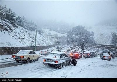 تساقط الثلوج وهطول الامطار الغزیرة فی مدینة سنندج الإیرانیة
