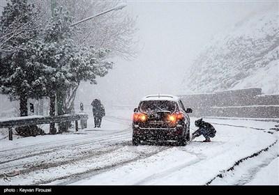 بارش برف در آخرین روزهای پاییز در سنندج