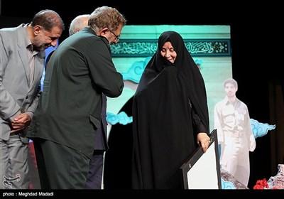 تقدیر از همسر شهید شیرودی در مراسم بزرگداشت شهدای غرب کشور
