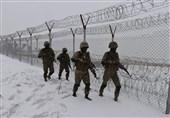 ادامه عملیات حصارکشی در مرز مشترک پاکستان و افغانستان زیر بارش برف +تصاویر