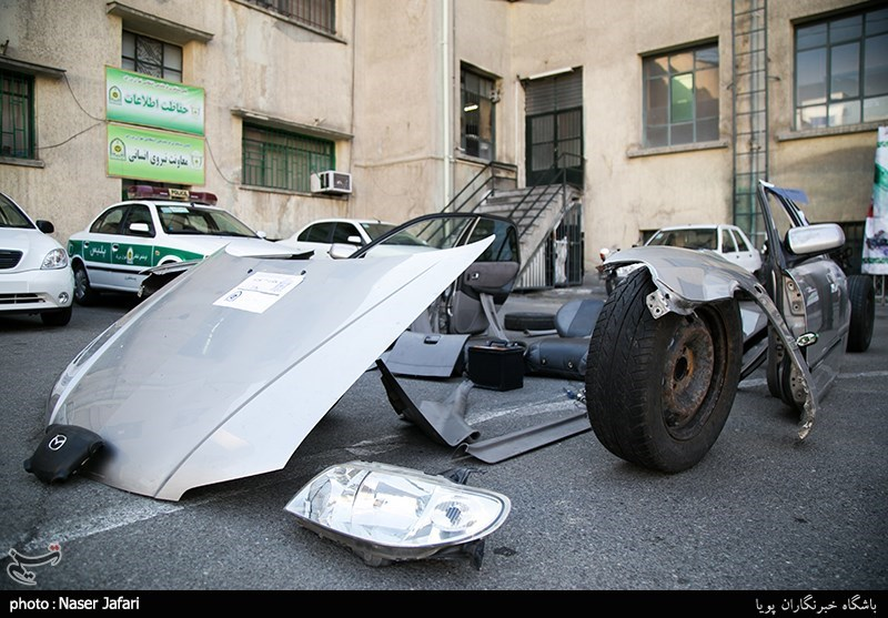 """سارقان، """"مزدا 323"""" را اوراق میکردند + تصاویر"""