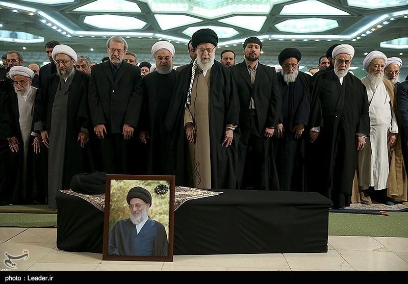 امام خامنهای بر پیکر مرحوم آیتالله هاشمیشاهرودی نماز اقامه کردند