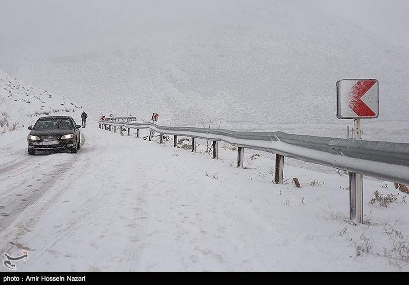 بارش برف در اکثر محورهای ارتباطی استان اصفهان؛داشتن زنجیرچرخ الزامی است