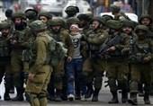 العدو الصهیونی یعتقل 30 فلسطینیا لیلًا فی أنحاء متفرقة من الضفة الغربیة