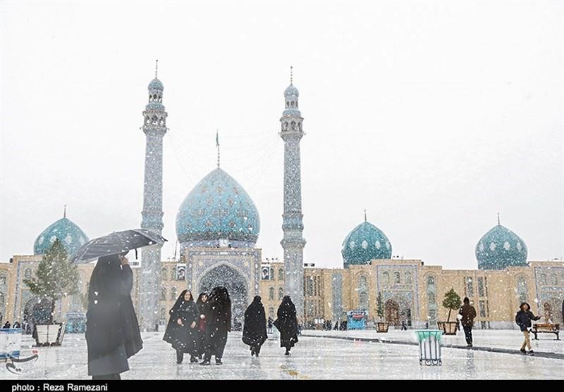 بارش زیبای نخستین برف زمستانی در مسجد مقدس جمکران به روایت تصویر