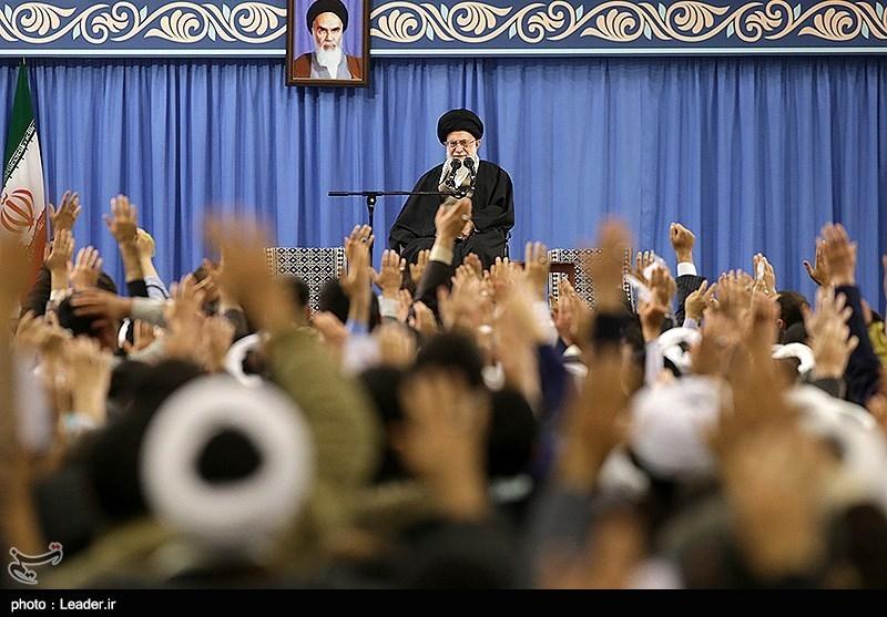 قائد الثورة الإسلامیة یستقبل الآلاف من أهالی قم