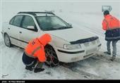 راهداران استان فارس به 95 خودرو گرفتار در برف امدادرسانی کردند
