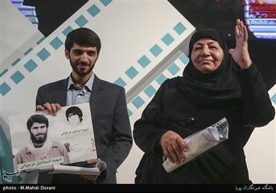 مادر شهیدان فرجوانی در اختتامیه نهمین جشنواره مردمی فیلم عمار