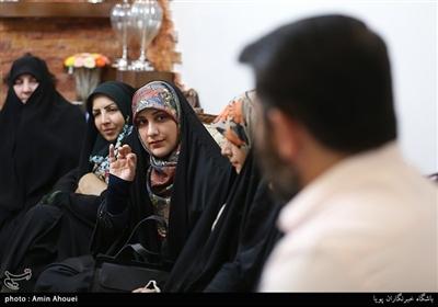 جمعی از همسران شهدای مدافع حرم از همسر جانباز مدافع حرم«رضا سلمانی» تقدیر کردند.