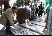 غبارروبی مزار شهدای مدافع حرم حضرت زینب(س) در قم با حضور خبرنگاران